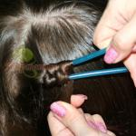 накручиваем влажную прядь волос