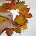 Вставляем в отверстие нашу трубочку из листьев
