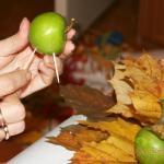 втыкаем в яблоко зубочистки