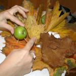 крепим зубочистки с яблоком на основание (смазанное клеем)